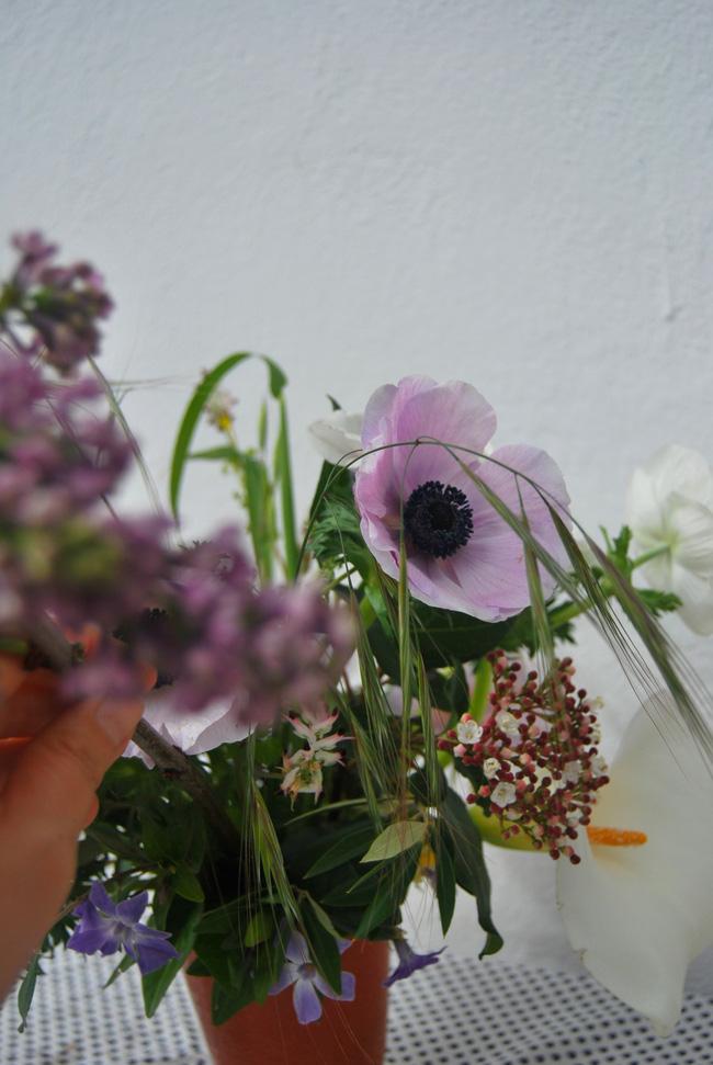 Mang vẻ đẹp tràn đầy sức sống của các loài hoa vào ngôi nhà với cách cắm hoa đơn giản  - Ảnh 3.